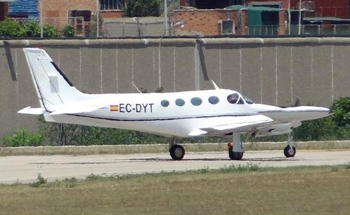 Un bimotor, en la cabecera de pista del Aeropuerto de Sabadell el pasado 20 de junio / Foto: JFG
