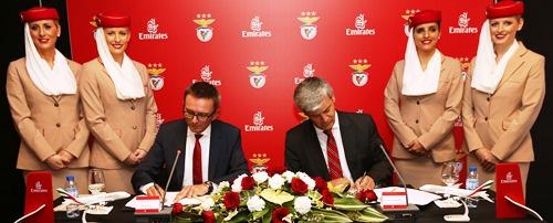 Hubert Frach, Vicepresidente Sénior de la División de Operaciones Comerciales de Emirates para Occidente, y Domingos Soares de Oliveira, Consejero Delegado del Benfica durante la firma del acuerdo