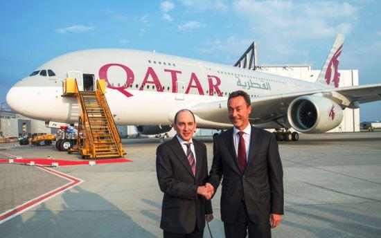 Akbar Al Baker y Fabrice Brégier, ayer en Hamburgo junto al A380 de Qatar Airways / Foto: Airbus