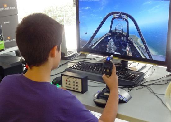 Un niño practica simulación
