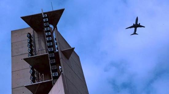 Un avión sobrevuela la plaza de las Palmeras, en el frente litoral de Castelldefels / Foto: Ayuntamiento de Castelldefelfs
