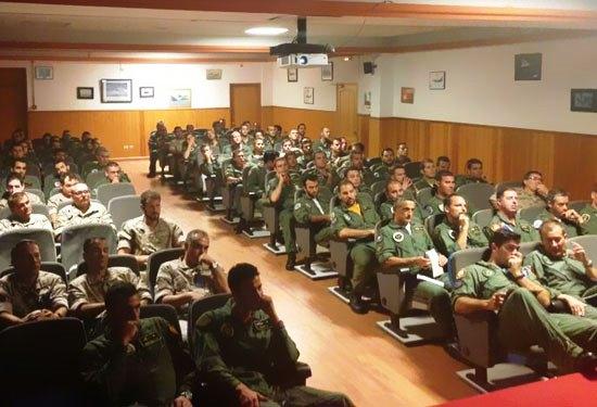 Reunión de los pilotos que intervienen en el ejercicio / Foto: Ministerio de Defensa