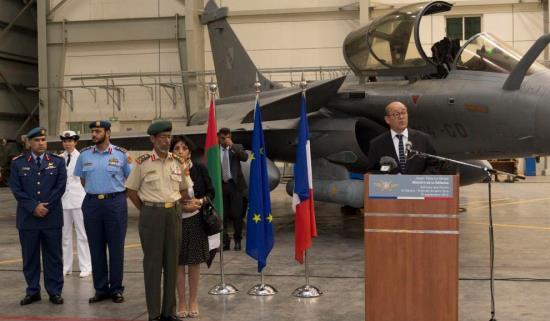 El ministro de Defensa de Francia,  Jean-Yves Le Drian, en la base Al Dhafra