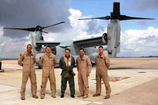 El general Arnaiz, con mono verde, junto al pilotos estadounidenses del Osprey / Foto: Ministerio de Defensa