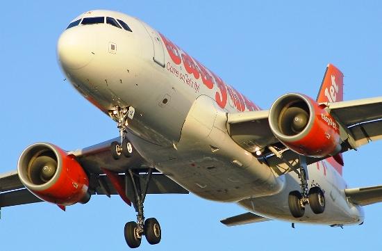 El A319 (F-EZIX) de Easyet, fotografiado por Jordi Rull en Barcelona en diciembre de 2011