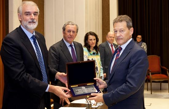 Jesús Sánchez, a la derecha, en el momento de recibir el premio