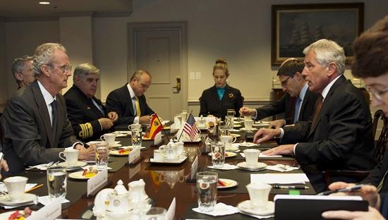 Morenés y Chuck Hagel, en primer término, durante la reunión en el Pentágono / Foto: Ministerio de Defensa