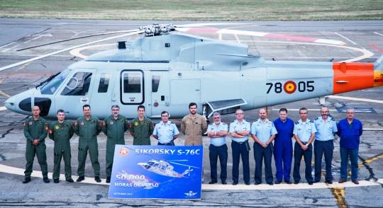 Foto de grupo junto al helicóptero Sikorsky S-76C con el que se alcanzaron las 50.000 horas de vuelo/ Foto: Ministerio de Defensa