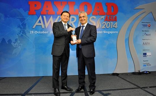 Hüseyin Ceyhan, Director Regional de la flota de mercancías de Turkish Airlines en Asia y el Pacífico, recogiendo uno de los premios.