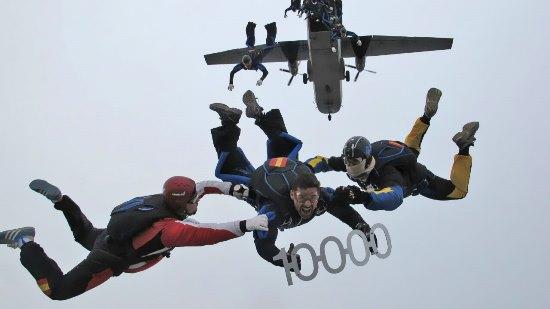El militar paracaidista, celebrando su salto 10.000 / Ministerio de Defensa