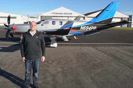 Bozek, junto a su avión en Tarbes