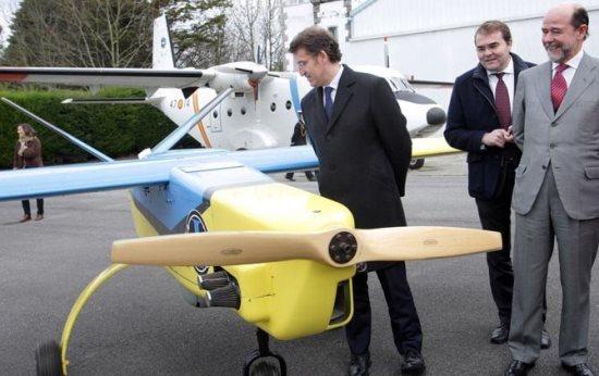El político gallego examina un UAV diseñado por el INTA