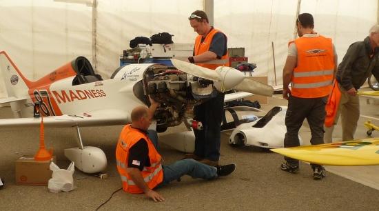 Mantenimiento a un avión participante en la Air Race de 2014