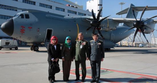 Los representantes del gobierno de Malasia encargados de recepcionar el A400M