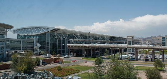 Terminal del Aeropuerto de Santiago de Chile / Wikipedia