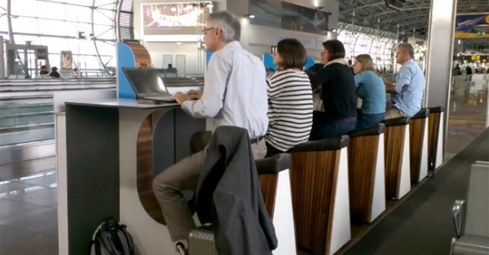 Viajeros cojsultando sus ordenadores, en el aeropuerto de Amsterdam-Schiphol