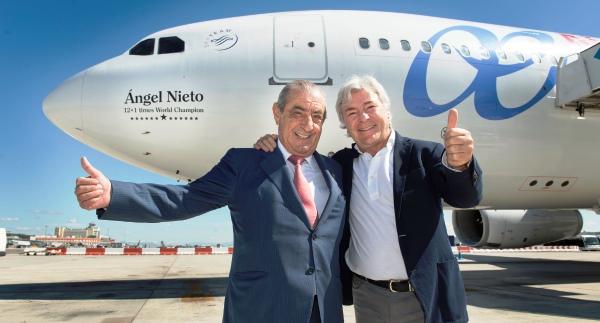 Juan José Hidalgo, Presidente de Globalia y Ángel Nieto, en el bautizo del avión vinilado con su nombre.