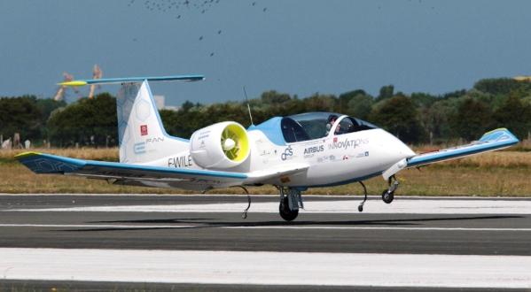 El E-Fan, en el momento de aterrizar en el aeródromo de Calais / Foto: Grupo Airbus