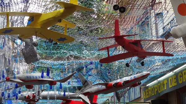 El ingenio y la participación delos vecinos caracterizan la decoración de las calles de Gràcia / JFG