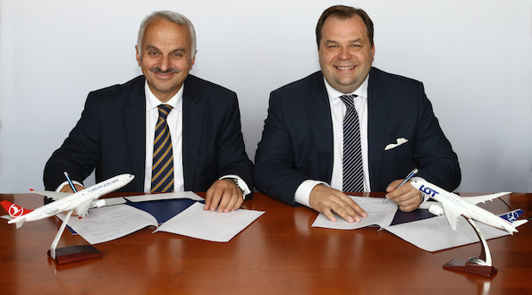 Temel Kotil, CEO de Turkish Airlines (izquierda) y Sebastian Mikosz, CEO de LOT Polish Airlines, en la firma de la carta de entendimiento