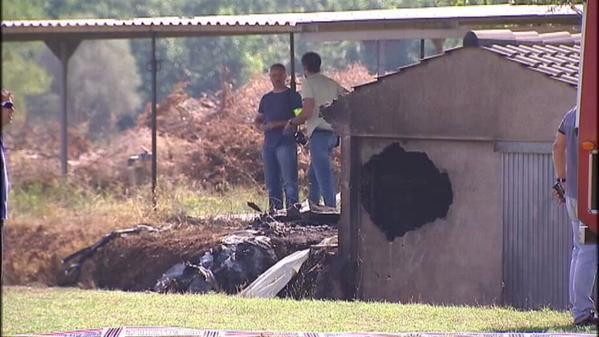 Ha impactado contra una caseta colindante con el campo de vuelo y se ha incendiado