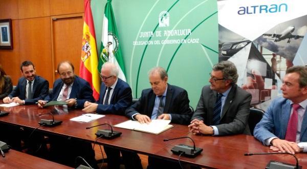 Foto de la firka del acuerdo entre los directivos de Altran y de IDEA