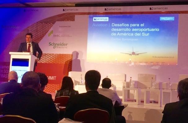 Carlos Berenguer, director de aeropuertos de AERTEC Solutions, durante su conferencia en el congreso.