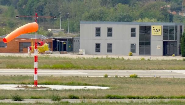 Edificio de una empresa dedicada a trabajos aéreos, en el Aeropuerto de Sabadell / JFG