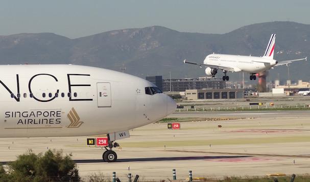 Un avión de Singapore espera su turno para despegar del Aeropuerto de Barcelona-El Prat / Foto: JFG