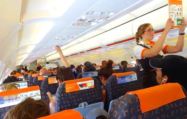Una tripulante de cabina explica ls consejos de seguridad antes de comenzar un vuelo / JFG