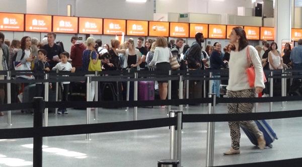 Pasajero en el aeropuerto de Gatwick el pasado mes de junio / JFG