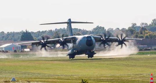 El A400M (MSN2), en la pista de hierba de