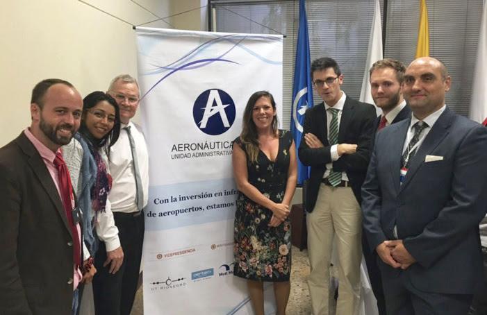 Responsables de Aertec Solutions, UG21 y Mott McDonald, en la firma del contrato con la autoridad adjudicataria