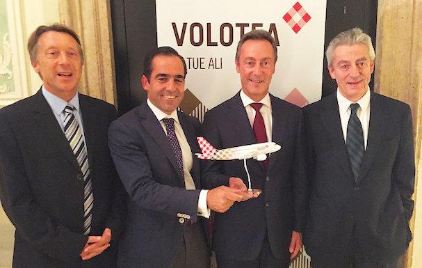 Directivos de Volotea y Airbus posan para oficializar el acuerdo / Volotea