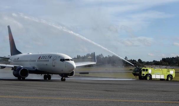Llegada del avión de Delta al aeropuerto de Medellín