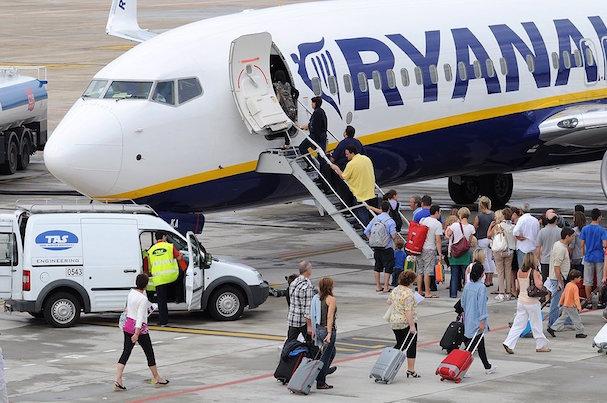 Pasajeros de un avión de Ryanair, en el Aeropuerto de Girona / Xavier Pou