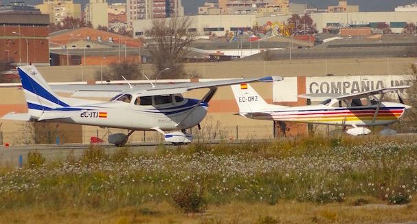 Dos aviones en la cabecera de pista del Aeropuerto de Sabadell / JFG