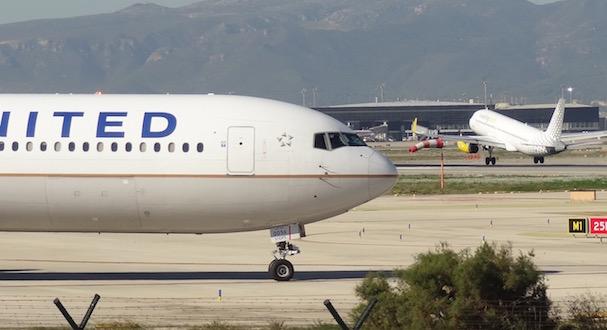 Un avión de United Airlines aguarda turno para despegar del Aeropuerto de Barcelona