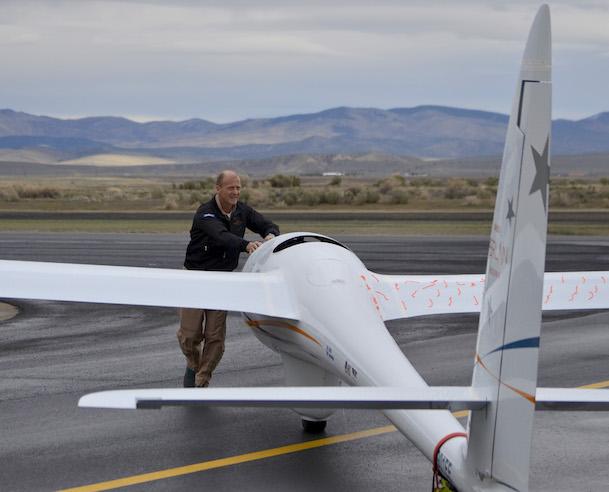 Tom Enders ayuda a llevar el Perlan 2 al hangar
