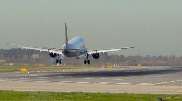 Un avión aterriza en la pista 07L/25R / AeroBCN.com