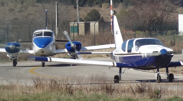 Dos aviones aguardan turno par despegar del Aeropuerto de Sabadell / AeroBCN.com