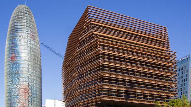 A la derecha, sede en Barcelona de la CNMC