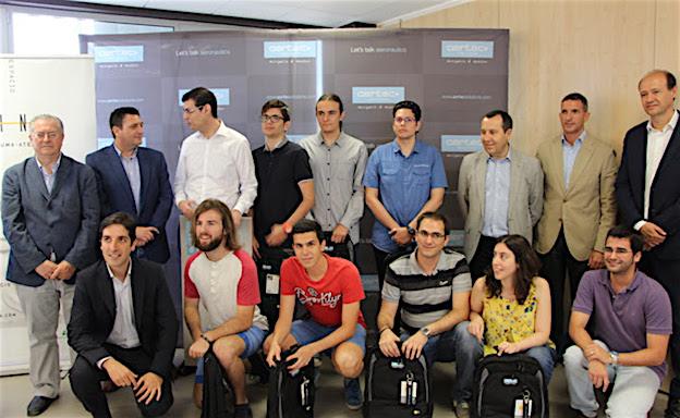"""Foto de familia del ganador y los finalistas del primer reto de """"AERTEC Solutions Challenge"""", junto a los responsables de AERTEC Solutions, la Universidad de Málaga y el PTA"""