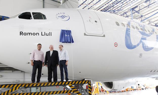 de izquierda a derecha, el director de Ventas y Marketing de Air Europa, Imanol Pérez; el obispo de Mallorca, Monseñor Javier Salinas y el director de Air Europa Mantenimiento, Alberto Linés.