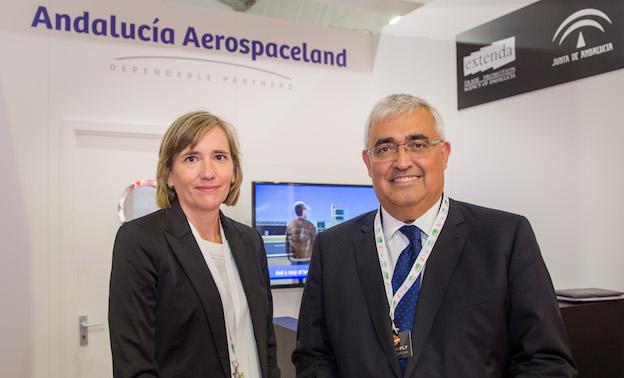El consejero de Economía, Antonio Ramírez de Arellano, y la conseja delegada de Extenda, Vanessa Bernad, en la feria aeronáutica de Farnborough celebrada en julio en Reino Unido