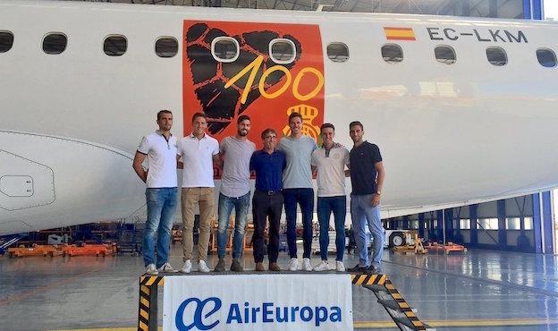 Jugadores del RCD junto a la decoración del Embraer 195