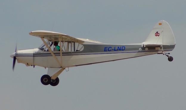 Exhibición en vuelo del Piper PA-18 (EC-LND) / AeroBCN.com