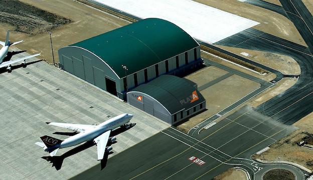 Imagen virtual del hangar que se construye y de la nave adosada / Grupo Bertolín