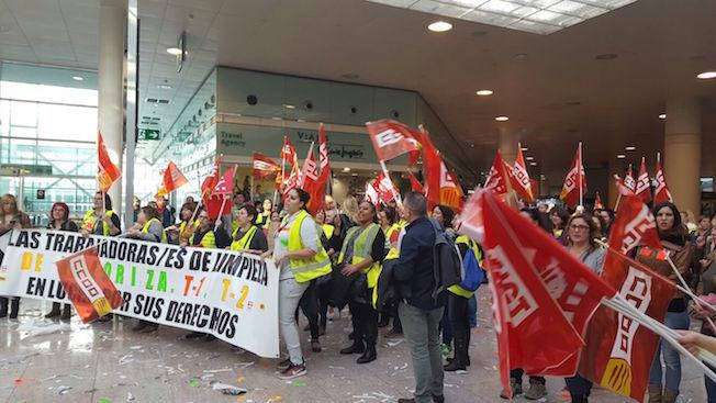 Los trabajadores en huelga, hoy en el Aeropuerto de Barcelona / UGT