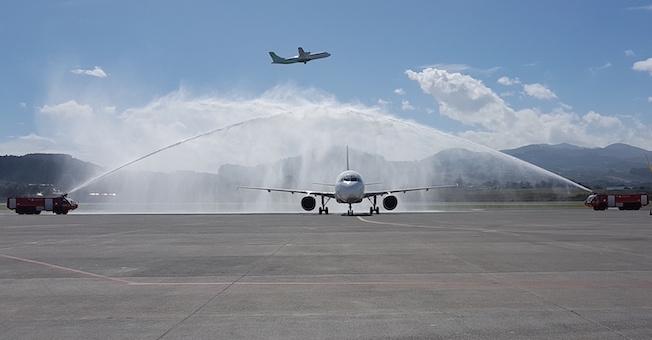 Arco de agua de los bomberos del Aeropuerto de Tenerife Norte, al llegar el avión de Alitalia del aeropuerto Fuimicino - Roma / Autor: Aena
